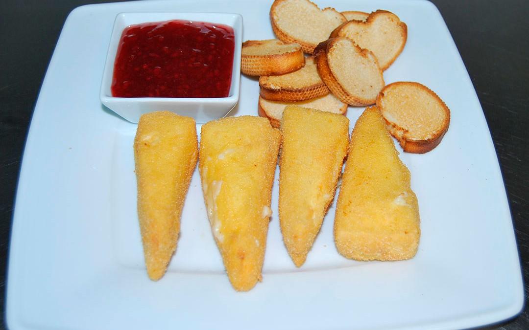 Camembert rebozado con mermelada de frambuesa y tostas